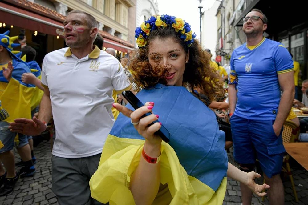 Những nữ cổ động viên 'nóng bỏng' trên khán đài Euro 2020