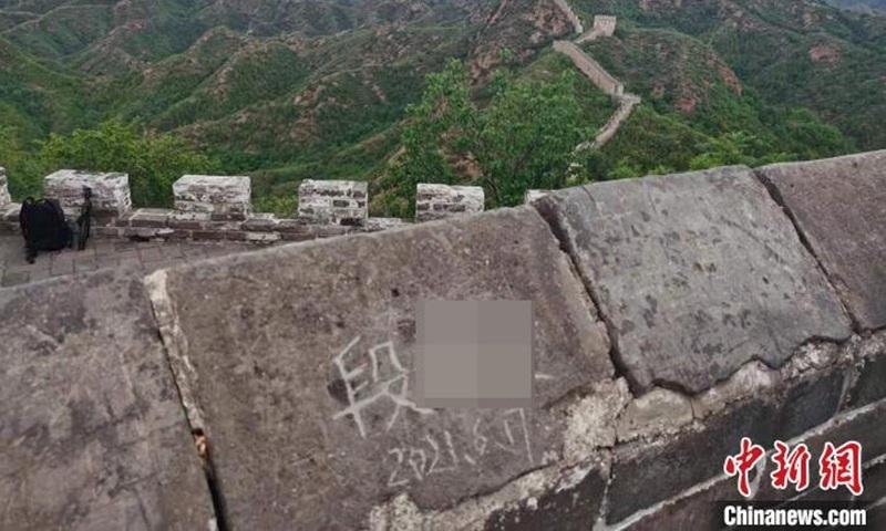 Khắc tên người thân lên di tích lịch sử, đôi nam nữ bị bắt và phạt tiền