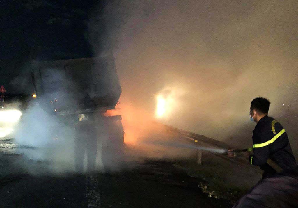 Nghệ An: Xe đầu kéo bốc cháy dữ dội trên đường N5 lúc rạng sáng