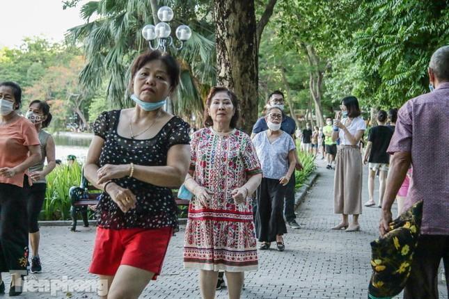 Nới lỏng giãn cách, nhiều người ra đường tập thể dục nhưng quên khẩu trang