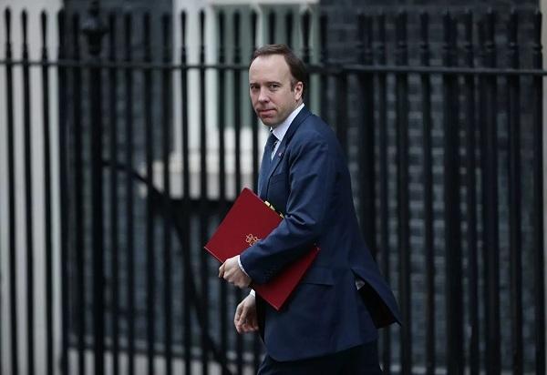 Bộ trưởng Anh mất chức vì 'nụ hôn nơi công sở' là ai?
