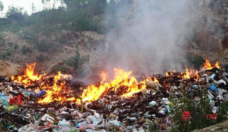 Người dân vùng lúa xứ Nghệ bị ngộp thở vì khói, khí độc từ bãi rác lộ thiên