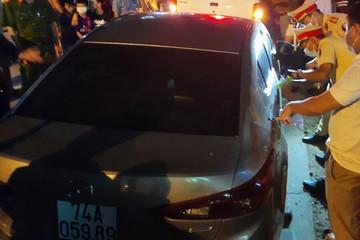 Tài xế không chịu đo nồng độ cồn, cố thủ trong xe 'thi gan' CSGT