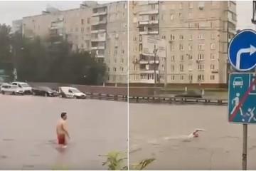 Mưa lớn gây ngập đường phố ở Nga, người dân hào hứng ra bơi giữa đường