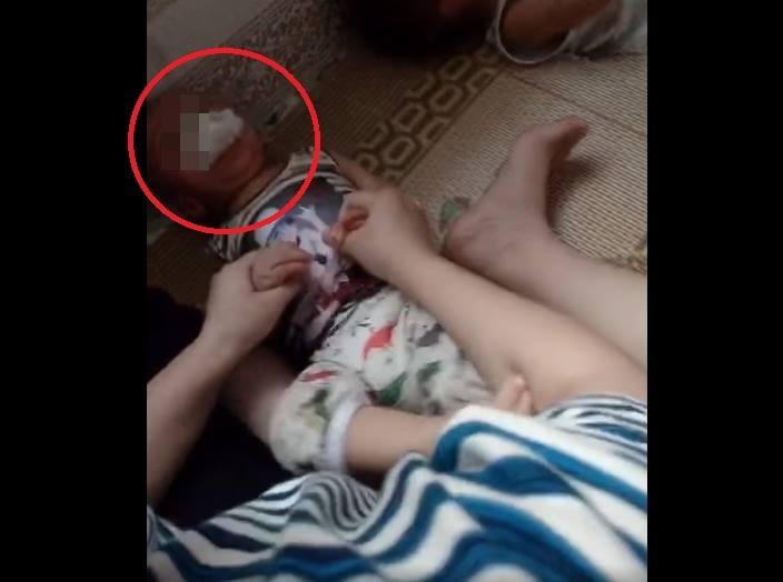 Clip bảo mẫu nhét giẻ vào miệng, giữ chặt tay bé 1 tuổi khóc giãy giụa