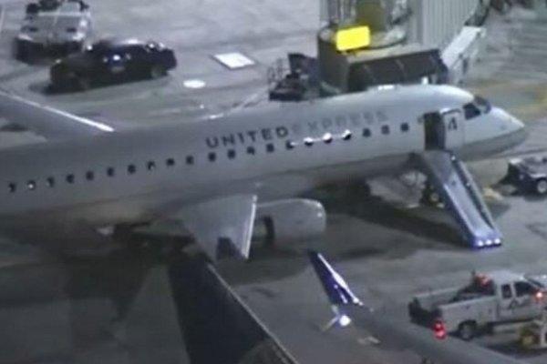 Hành khách gãy chân do nhảy từ trên máy bay xuống đường băng vì phê ma túy đá