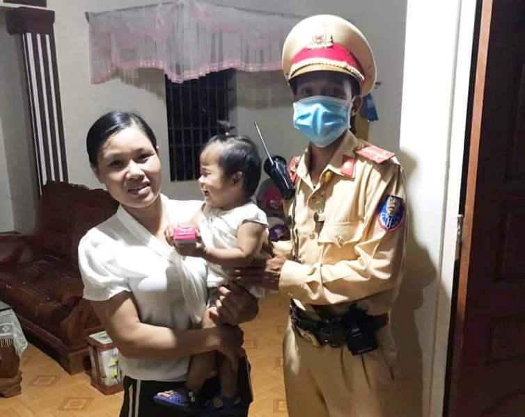 Bé gái 2 tuổi đi lạc ra đường mòn Hồ Chí Minh giữa đêm tối, may mắn gặp CSGT