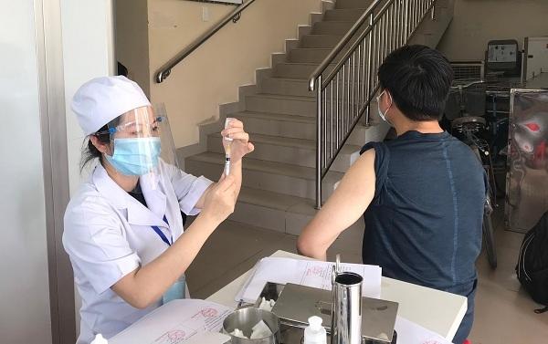 Sau tiêm vắc xin Covid-19 nên ăn gì, kiêng gì?