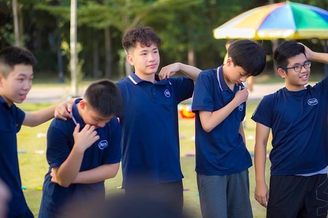 Nam sinh đỗ 3 trường chuyên ở Hà Nội và người mẹ 'dũng cảm' chuyển nhà đi làm xuyên tỉnh để đồng hành cùng con