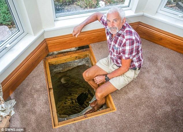 Sửa nhà, người đàn ông tìm thấy giếng cổ chứa nhiều 'kho báu'