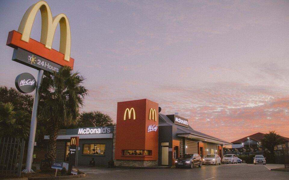 Người đàn ông dọa cho nổ cửa hàng McDonald's vì nước sốt