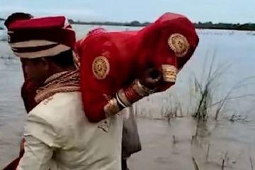 Chú rể 'ga lăng' vác cô dâu lên vai để lội qua đoạn đường ngập nước