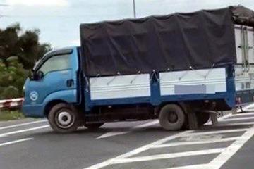 Xử phạt tài xế xe tải quay đầu trên cầu Thăng Long