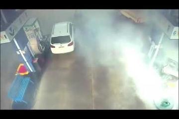 Cây xăng bốc cháy phừng phừng vì hành động bất cẩn của tài xế