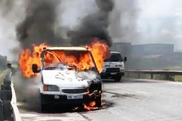 Tài xế bất lực nhìn chiếc xe tải bị thiêu rụi trên đường tránh Vinh
