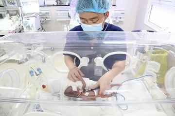 Tỉ mỉ từng milimet nuôi dưỡng bé sơ sinh 600 gram