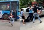 Clip thanh niên cầm dao uy hiếp phụ xe buýt Hà Nội: 'Xe buýt chèn tôi suýt đâm vào 2 xe máy'