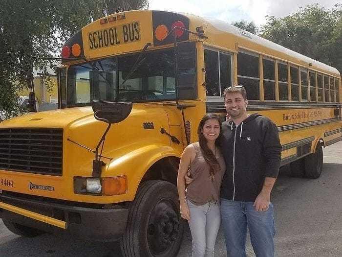 Hô biến xe buýt thành nhà, cùng mèo đi du lịch khắp nước Mỹ