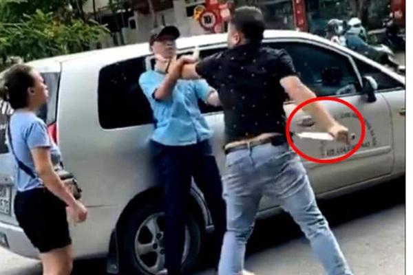 Phụ xe bus Hà Nội bị thanh niên đi ô tô con túm cổ uy hiếp