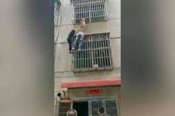 Bé gái ở nhà một mình suýt mất mạng vì rơi khỏi chuồng cọp chung cư