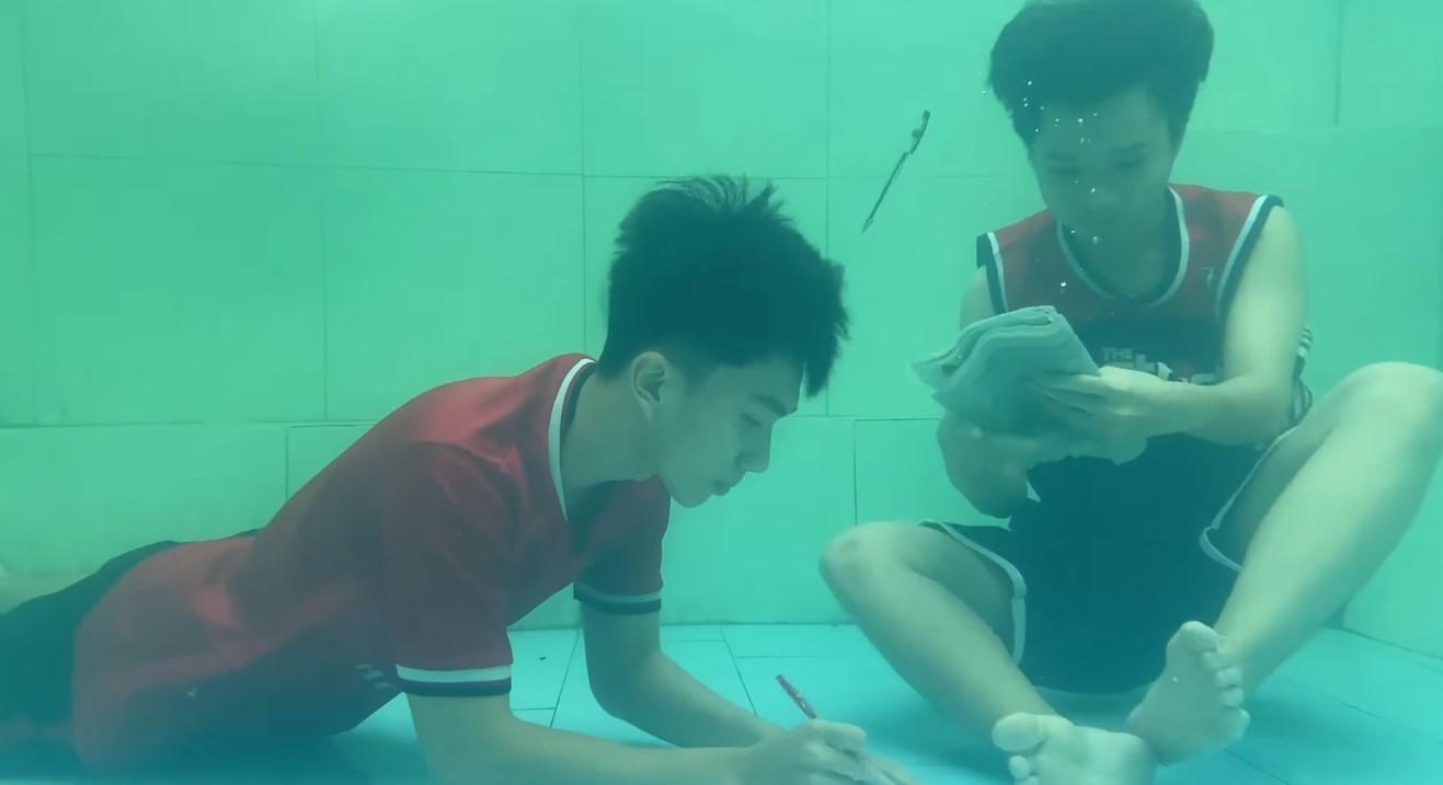 'Vitamin vui vẻ' cho sĩ tử: Anh em song sinh lớp 12 nhảy xuống bể bơi… để ôn thi!