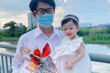 Bố trẻ hì hục cả đêm không ngủ, làm giấy khen đặc biệt cho con gái 1 tuổi
