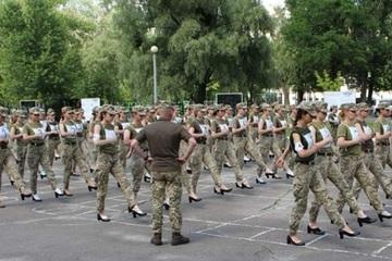 Tranh cãi việc các nữ quân nhân Ukraine đi giầy cao gót tham gia diễu hành