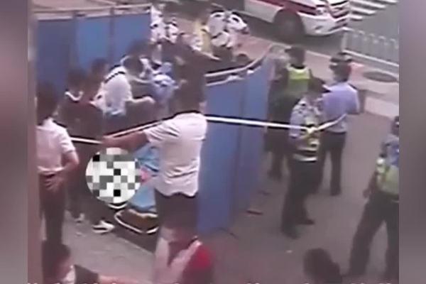 'Hàng rào người' che chắn cho sản phụ sinh con ngay bên ngoài nhà ga