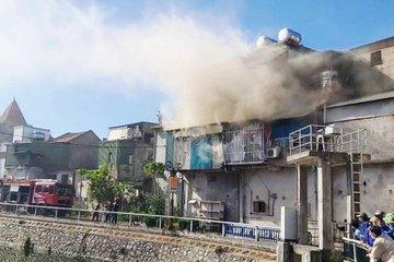 Hàng chục chiến sỹ kịp thời dập tắt đám cháy tại căn nhà 2 tầng ở TP Vinh