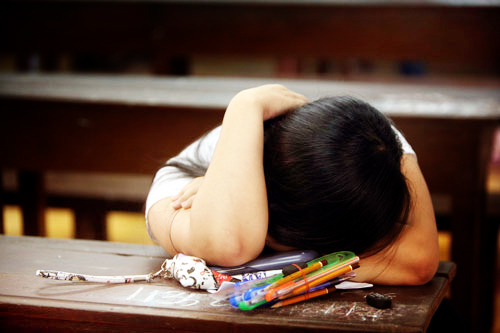 Bắt con quỳ vì trượt lớp 10: Kiểu dạy dỗ khiến con trượt dài trong tương lai