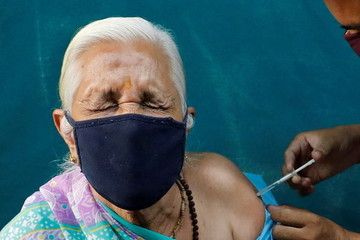 Nước muối và kháng sinh được 'phù phép' thành vắc-xin Covid-19 ở Ấn Độ