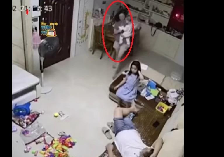 Vợ bế con nhỏ bị ngã, chồng phản xạ 'xuất thần' cứu nguy cho em bé