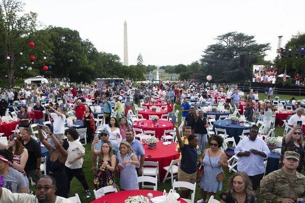 Ông Biden mở tiệc cùng hơn 1.000 người, nói Mỹ 'độc lập' với Covid-19