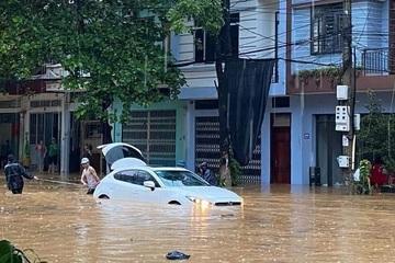 Thành phố Lào Cai ngập sâu sau trận mưa lớn