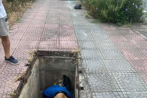 Phát hiện người đàn ông nằm úp mặt trong hố ga tử vong