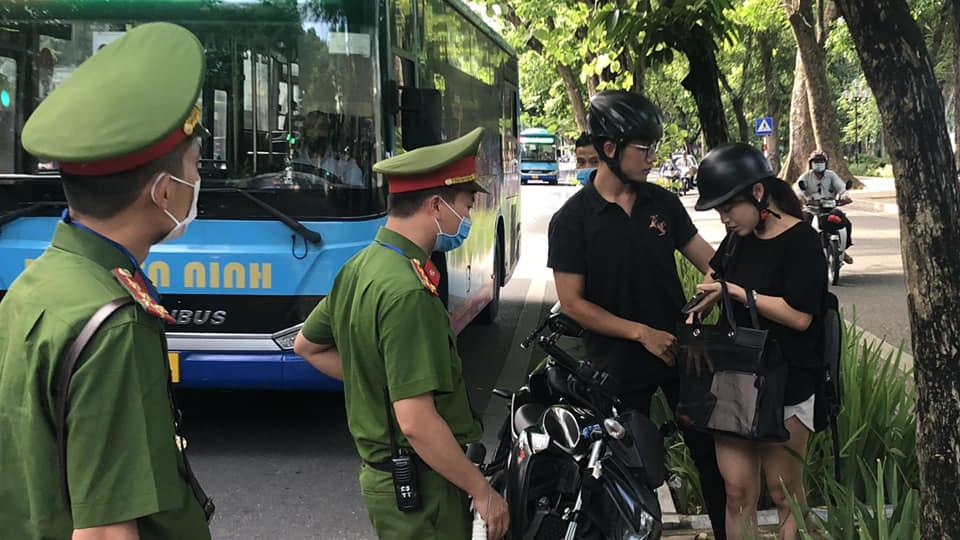 Hàng loạt người dân không đeo khẩu trang ở phố cổ Hà Nội bị xử phạt