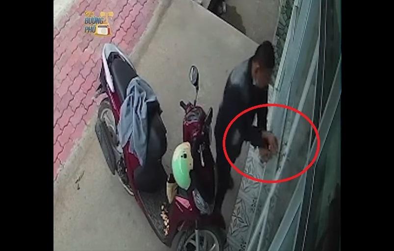 Dân mạng phẫn nộ xem clip tên trộm ngang nhiên 'cuỗm' xe máy còn khóa luôn cô gái trong nhà