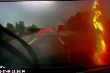Tài xế hoảng hồn suýt chết vì sét đánh sát ô tô đi trên cao tốc
