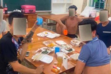 9 thanh niên tụ tập uống bia trong khu cách ly bị phạt 70 triệu đồng