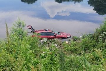 Nữ tài xế mất lái khiến ô tô lao xuống sông Nhuệ, may mắn thoát hiểm trong gang tấc