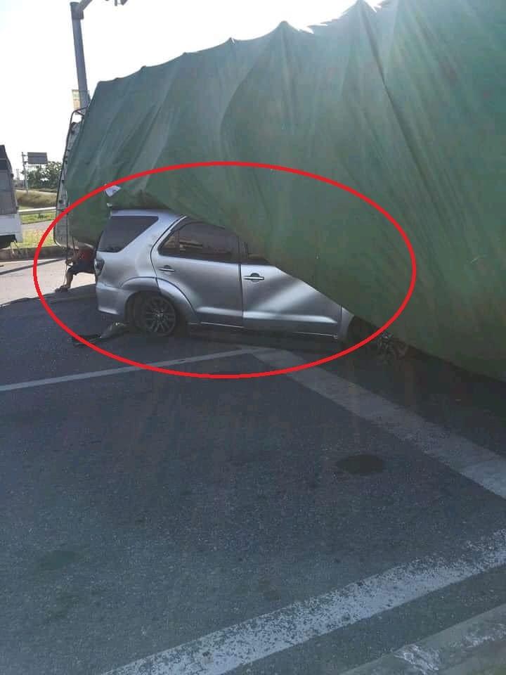 Ô tô con bị xe tải đè bẹp dúm, tài xế được cứu quỳ rạp để cảm ơn người giúp
