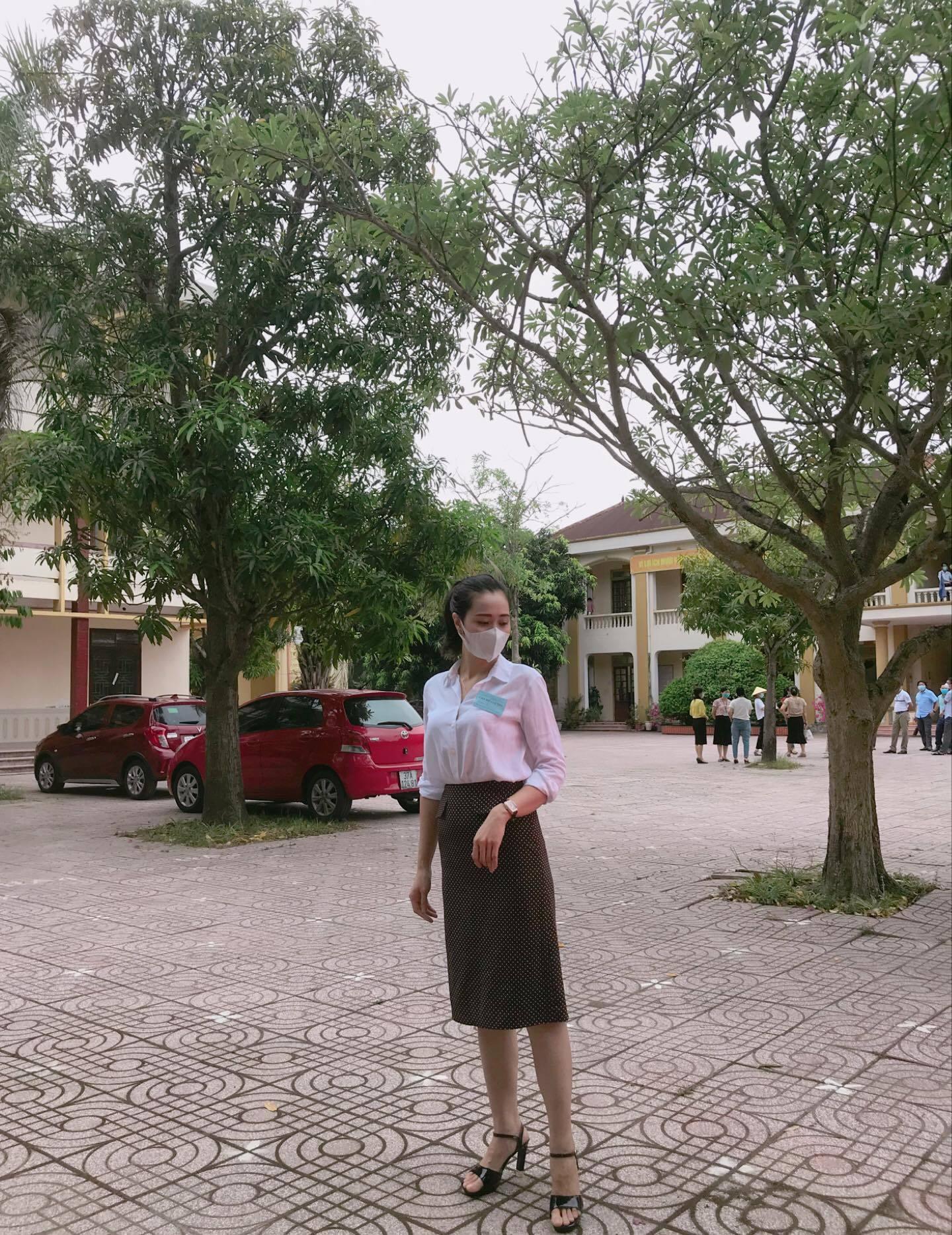 Nữ giám thị coi thi tốt nghiệp THPT gây 'hot mạng' dù đeo khẩu trang kín mít
