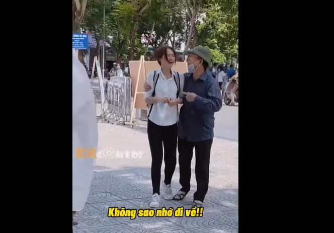 Clip: Nữ sinh Hà Nội khóc như mưa sau bài thi không tốt, cách người bố động viên lay động hàng nghìn trái tim