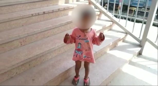 Bé gái 2 tuổi dũng cảm cứu sống người mẹ bất tỉnh ngã xuống sân ga