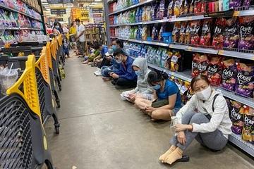 Ngồi la liệt trong siêu thị chờ thanh toán ở TP.HCM