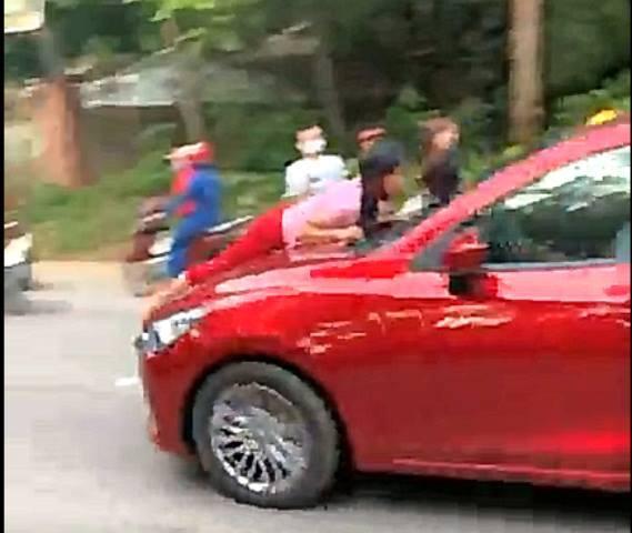Xôn xao clip người phụ nữ nằm trên nắp ca pô ô tô lao vun vút