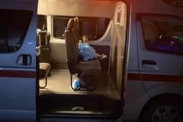 Xót xa cháu bé 2 tuổi F0 một mình trên xe cứu thương đi chữa Covid-19 ở TP.HCM