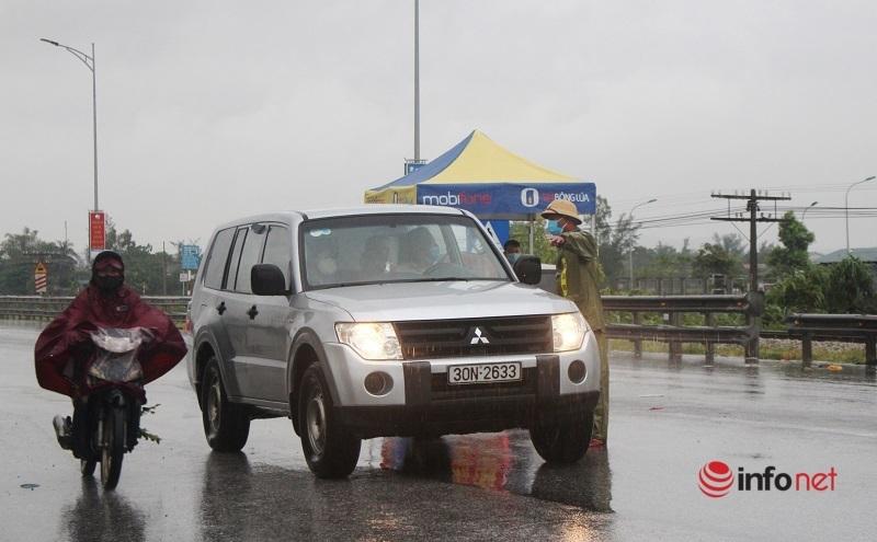 Vừa ngớt nắng gắt lại mưa tầm tã, lực lượng kiểm soát dịch cửa ngõ thành Vinh vẫn căng mình bám chốt