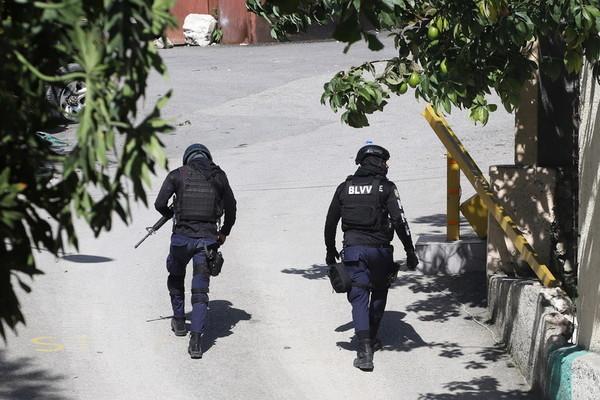 Cảnh sát Haiti đấu súng với nhóm ám sát Tổng thống, 4 kẻ bị bắn hạ, 2 tên bị bắt