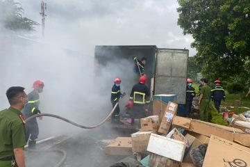 Xe tải bốc cháy khi đang chạy, nhiều hàng hóa, bưu phẩm bị hư hỏng